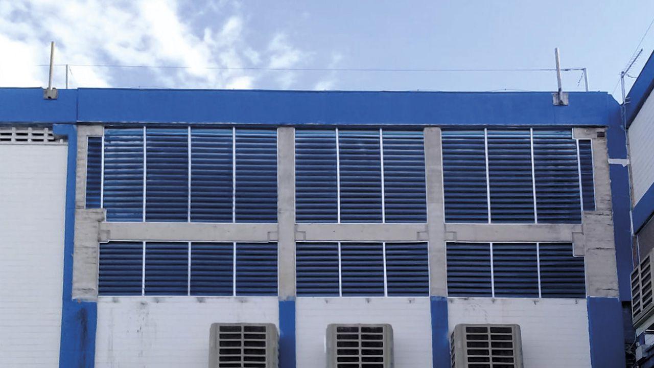 Galpão industrial com venezianas personalizadas na cor azul.